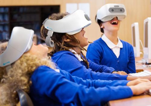 Virtual reality realität HTC VIVE VR VR-Brille glasses usecase immersion immersiv schule schulung training school kids education bildung erlebnis sinne emotionen