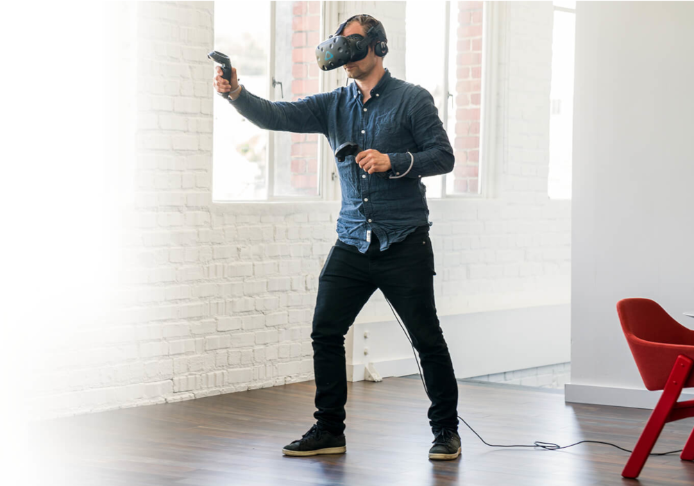 man using htc vive vr-system vr virtual reality immersinon 360° degrees game playing spielen training einarbeitung welten sicherheit